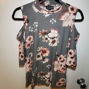 🎉 5 for $30 🎉 Cut out shoulders floral top